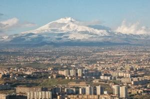 La frontera norte de Catania es el volcán Etna.