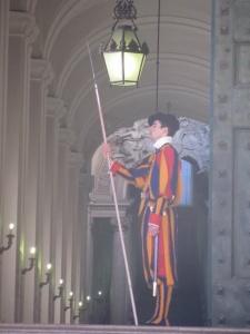 La guardia suiza que vela por el Pontífice.